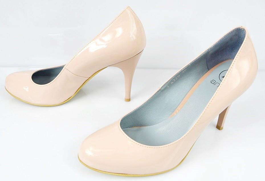 a059998d7c2d0a Białe szpilki wciąż są najczęściej wybieranymi butami na ślub, jednak coraz  częściej panny młode odchodzą od nich, na rzecz innych, bardziej  uniwersalnych ...